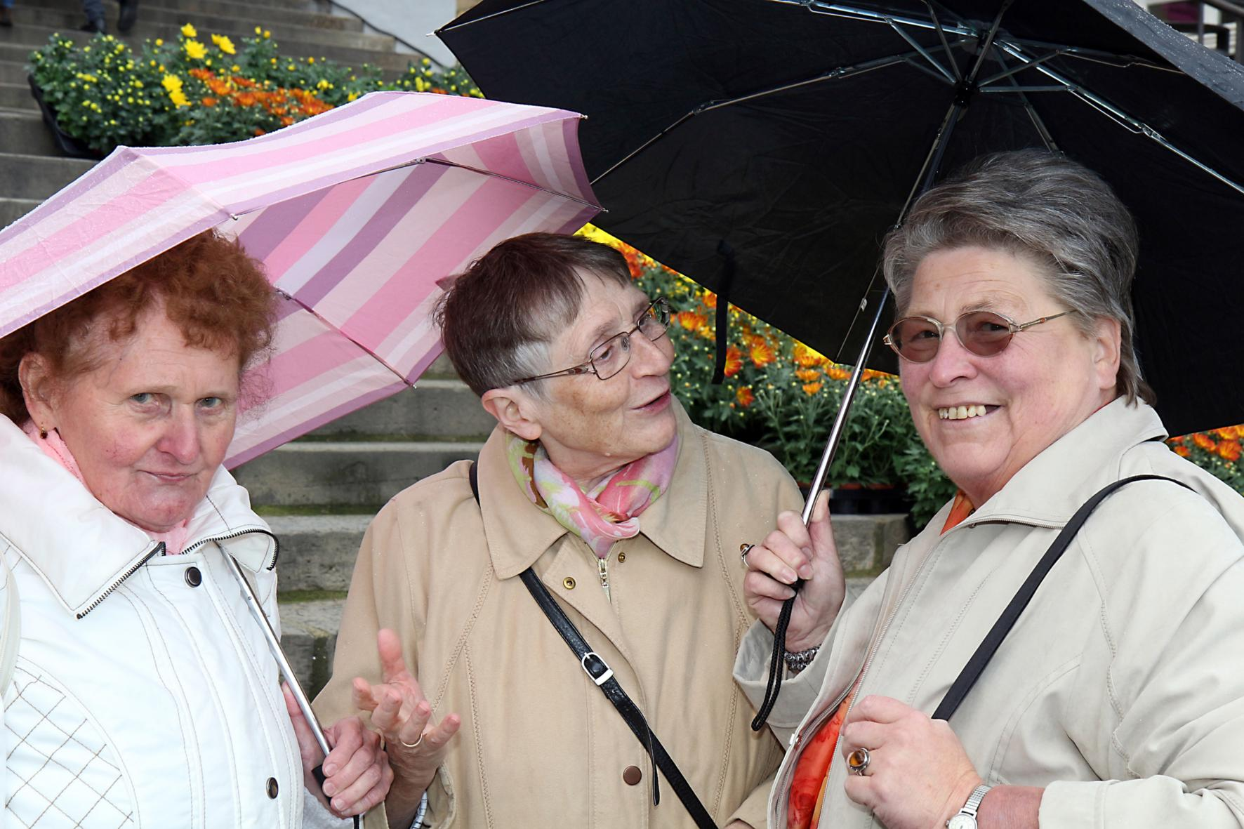 Drei Damen mit Schirm (c) Foto: Peter Weidemann in Pfarrbriefservice.de
