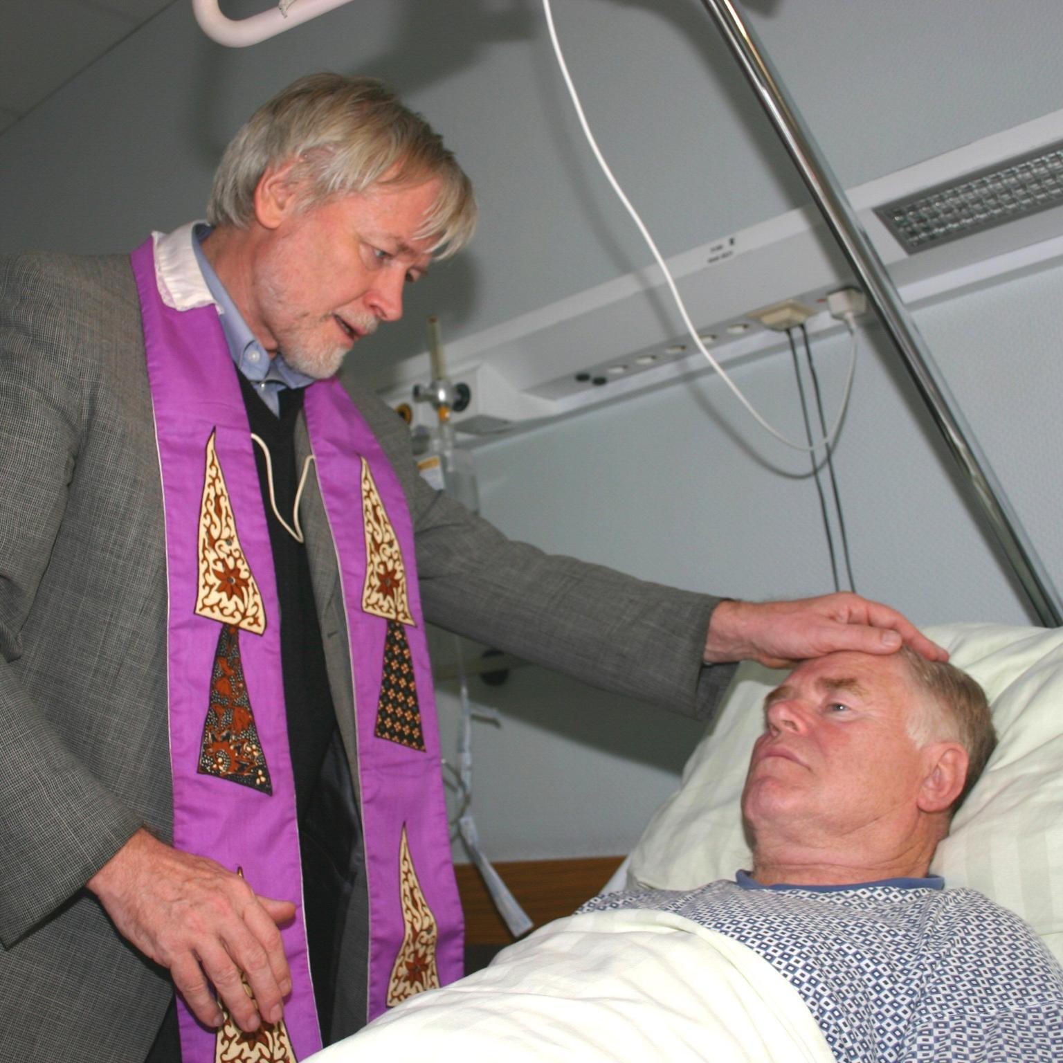 In Krankheit: Krankenkommunion und Krankensalbung (c) Bild: Peter Weidemann In: Pfarrbriefservice.de