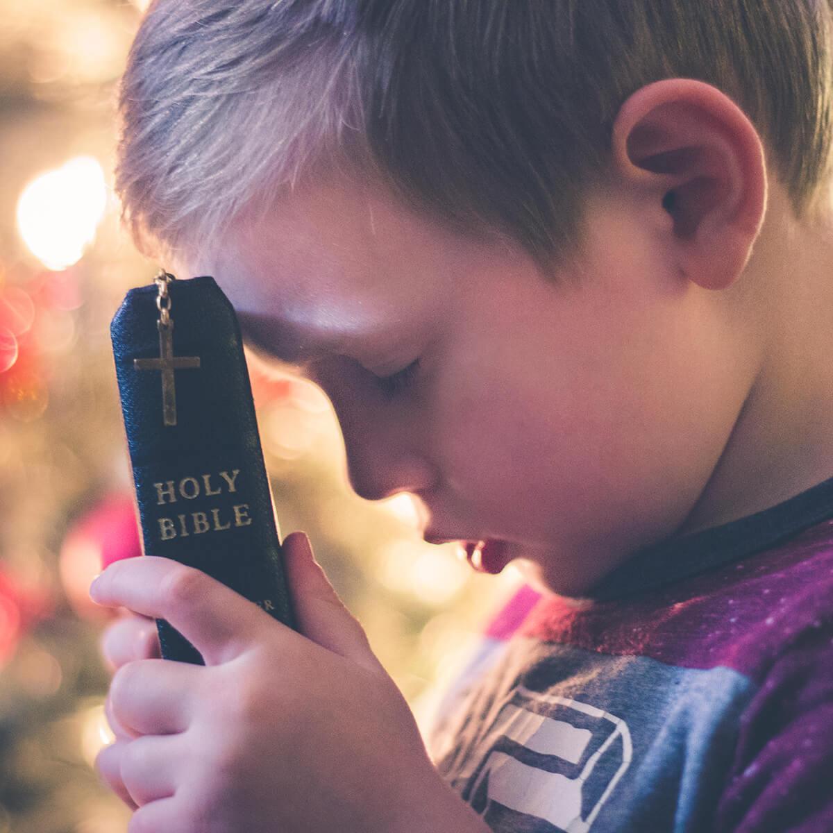 Kinder können sehr ernsthaft beten (c) CC0 1.0 - Public Domain (von unsplash.com)