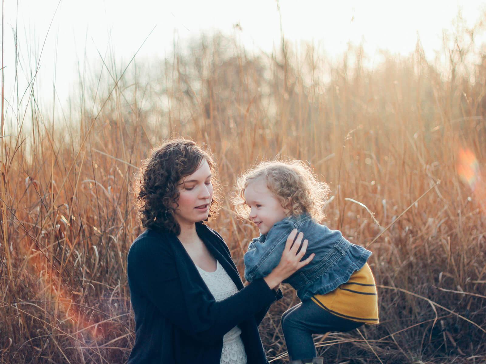 Mutter mit Kind (c) CC0 1.0 - Public Domain (von unsplash.com)