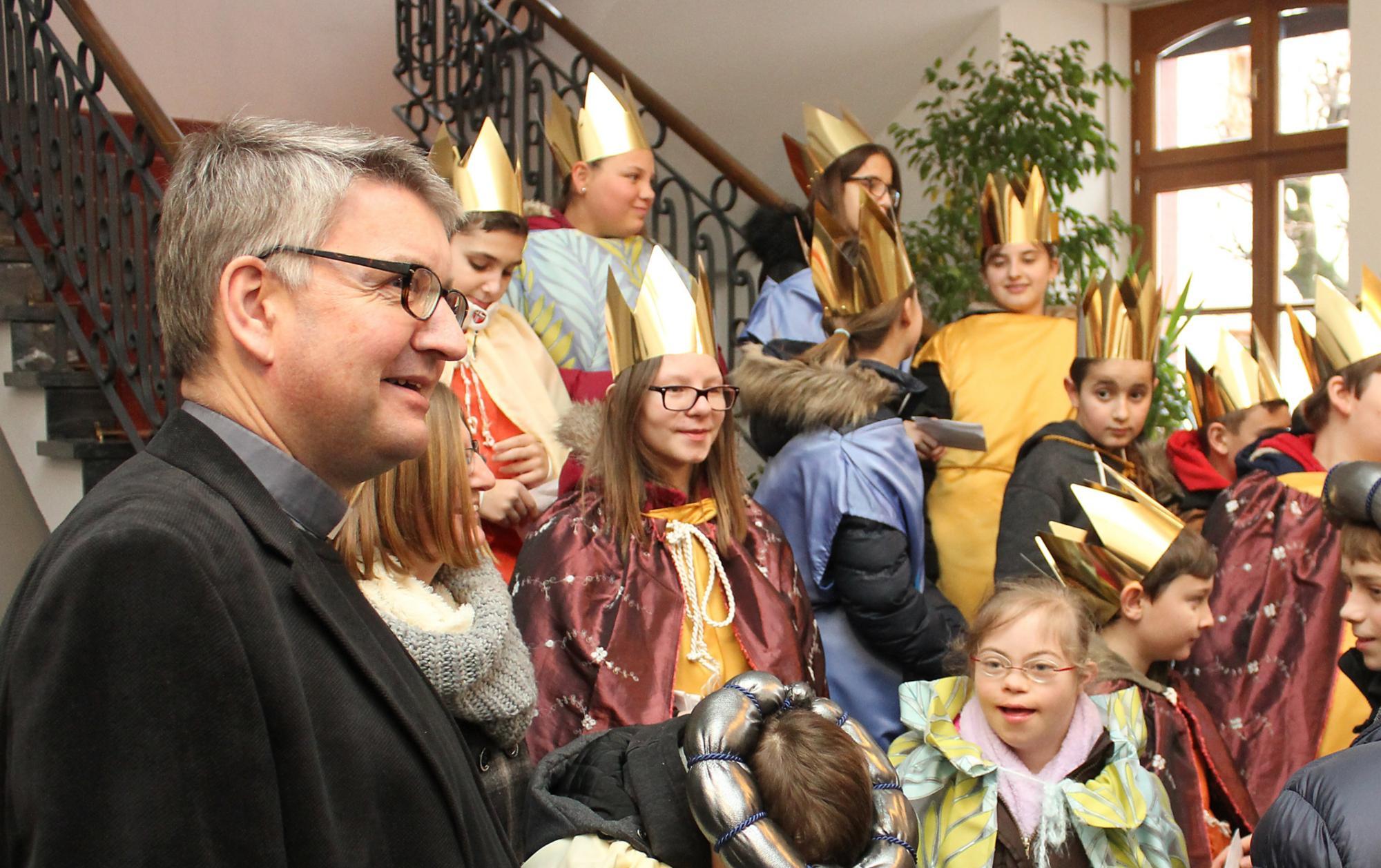 Bischof Kohlgraf empfing Sternsinger im Bischöflichen Ordinariat (c) Bistum Mainz / Matschak
